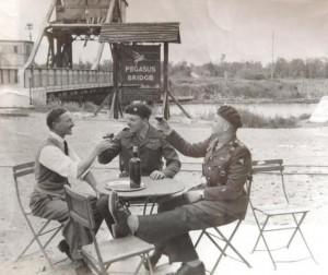 1946 : Greorges Gondrée avec John Howard et David Wood